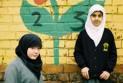 Ilustrace k článku: Německy tu mluvíme jen my tři, stěžují si děti v berlínské škole (idnes)